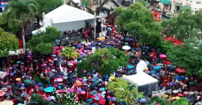 A forte chuva serviu para dar um colorido a mais com os guarda-chuva na Praça do Ferreira