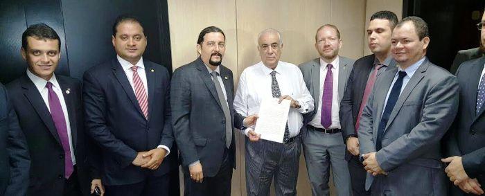 Rafale Leitoa com seus colegas deputados e o federal Weverton Rocha, em Brasília