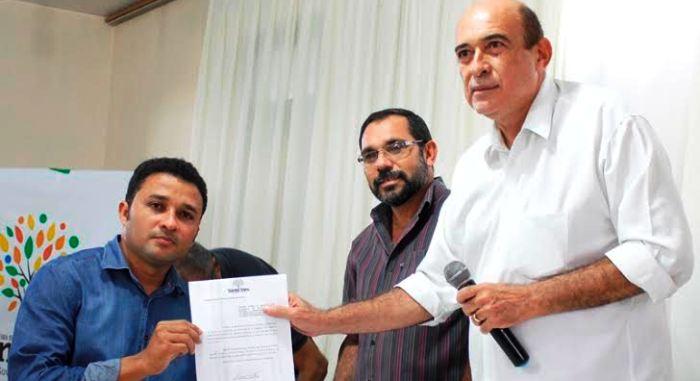 Ribamar Alves entrega um dos certificados a um participante