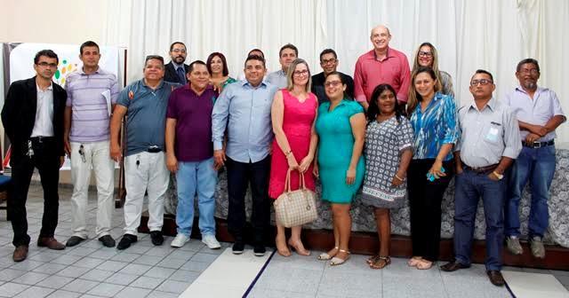 O prefeito co o participantes e os membros da equipe