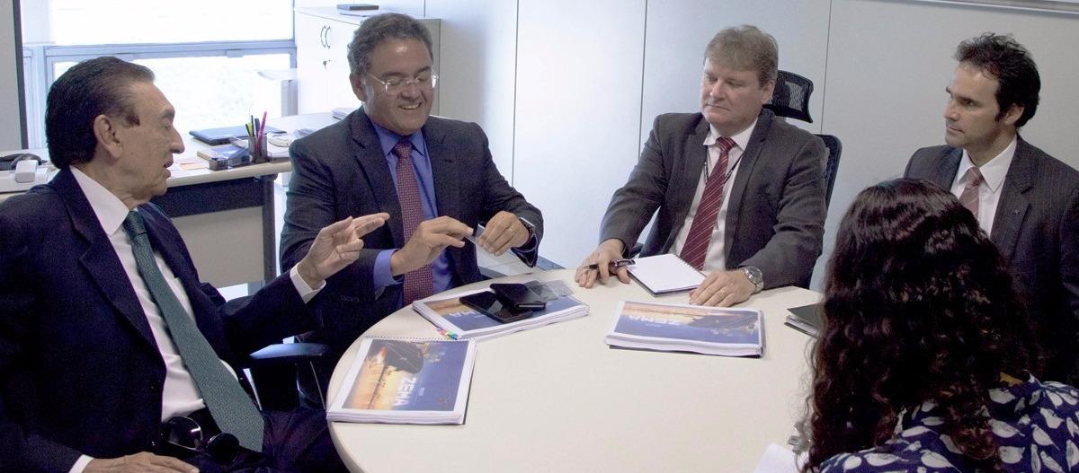 Lobão e Rocha conversam com técnicos da Receita Federal