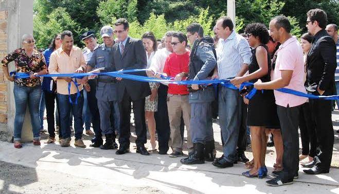 O prefeito corta a faixa de inauguração, ao lado das autoridades de segurança