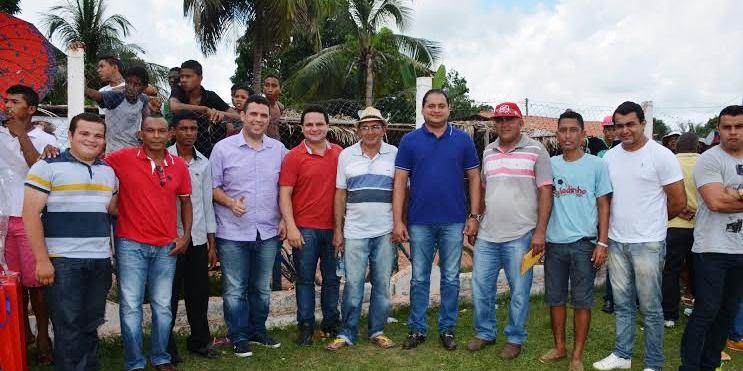 Fábio Macêdo com Weverton Rocha e lideranças no torneio de futebol
