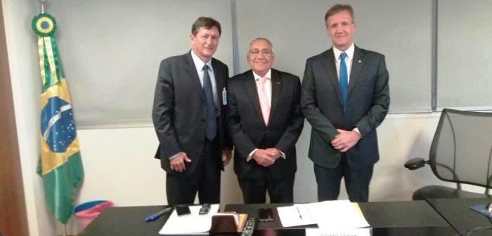 gastão Vieira, do FNDE, entre Laércio Costa e Aluisio Mendes