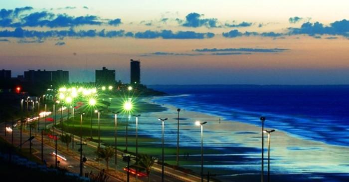 Avenida Litorânea, em São Luís, com praias banhadas pelo Atlântico, são atrações no Maranhão
