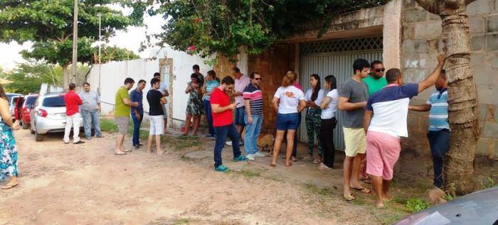 Criadores e protetores de animais em frente ao canil, aguadando a chegada a polícia (Imagem: Biaman Prado/O EstadoMaranhão)