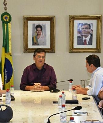 Flávio Dino com Edivaldo, em reunião ornada por retrato de Dilma Rousseff
