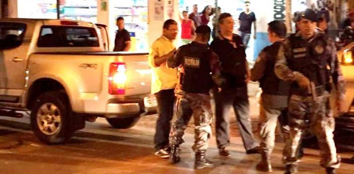 Flávio Dino no Coroadinho, cercado por homens fortemente armados: 90 policiais fazem a escolta do governador