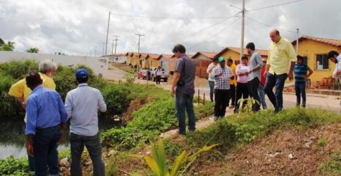 O prefeito foi ver pessoalmente os problemas estruturais do residencial