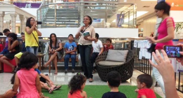 Contação de histórias atrai crianças no espaço infantil da feira