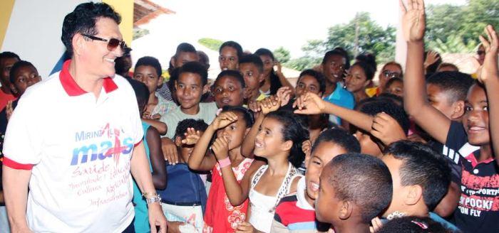 Amaury é cercado por crianças felizes com a novidade
