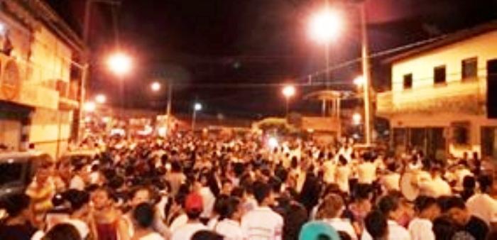 A multidão não se afastou das ruas da cidade nem mesmo com o cair da noite