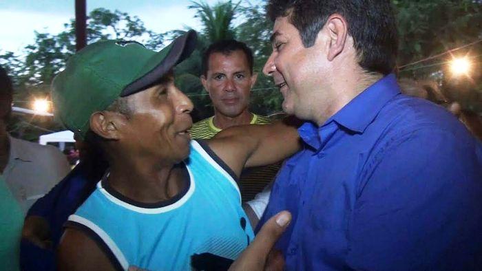 Marcone é cumprimentado por eleitores de Cajapió