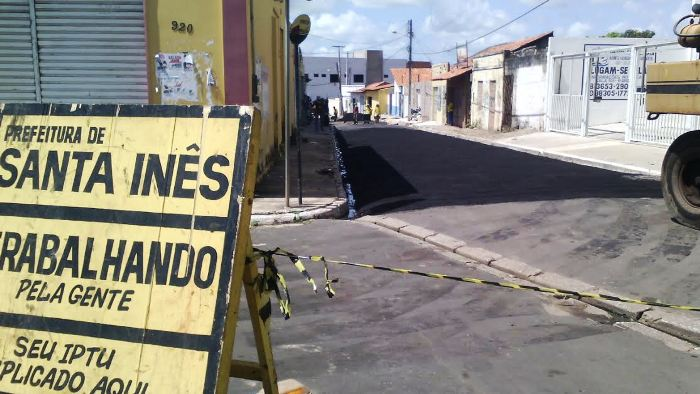 Placas das obras da prefeitura estão por todo o município