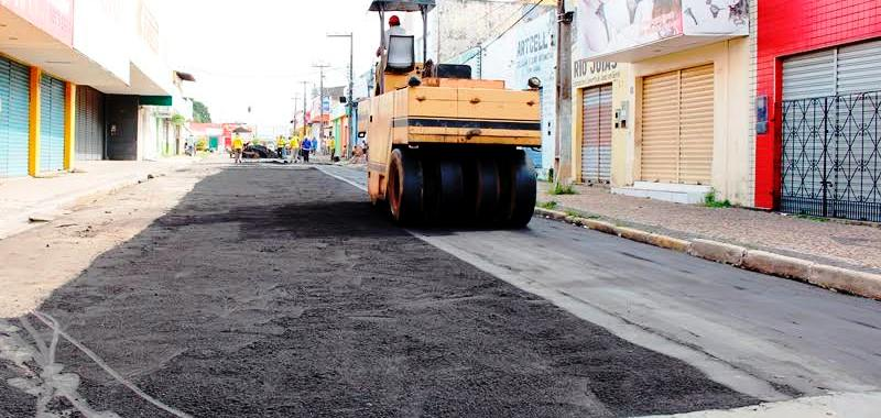 Máquina faz o trabalho de conclusão do asfaltamento de mais uma rua em Santa Inês
