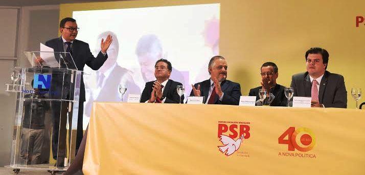 Roberto Rocha acompanha da mesa dos trabalhos pronunciamento sobre o projeto do PSB