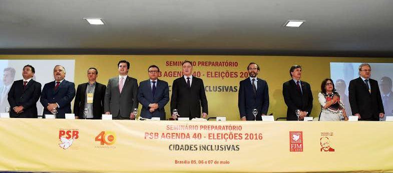 A lideranças do partido coordenando os trabalhos de debate