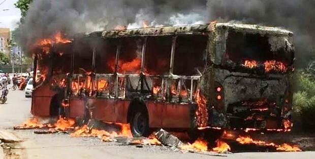 ônibus ardendo em chamas em São Luís; facções descontroladas