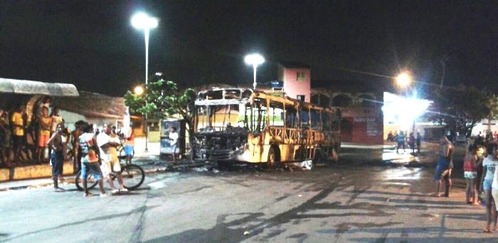 Um dos ônibus queimados ontem; terror na noite de São Luís
