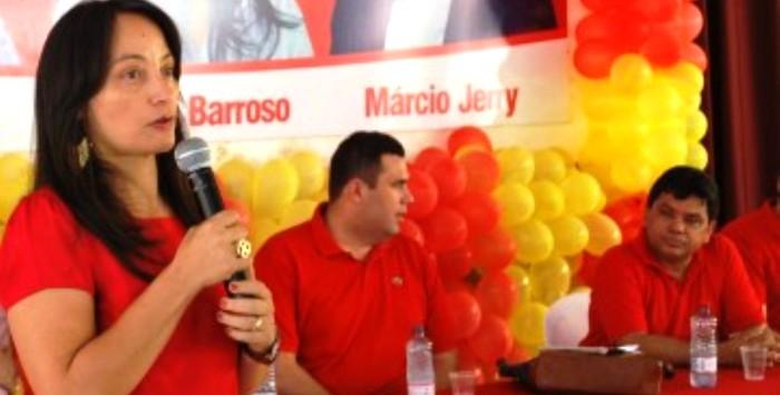 Régia Barroso discursa sob a observação de Márcio Jerry: fraquíssimo desempenho eleitoral