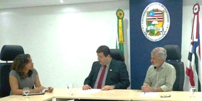 Eliziane Gama ouve a expeirência do professo Gustavo Cota, na Uema