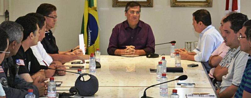 Flávio Dino, com seus agentes de segurança e o prefeito Edivaldo Júnior: pressão nas empresas para garantir ônibus nas ruas