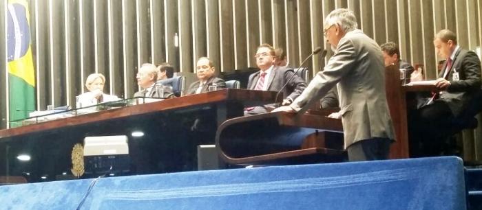Na mesa dos trabalhos, Roberto Rocha acompanha voto de colega senador