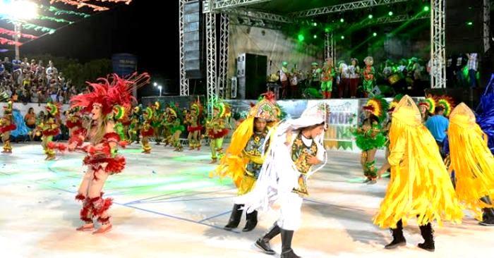 Grupos de bumba boi dançam emf rente ao palco da festa