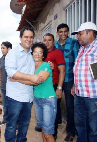 """Edivaldo com eleitora: para os """"amigos do Batista"""", o abraço mostra força popular"""
