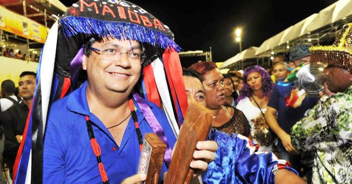 Pouco afeito à cultura popular, um desengonçado Dino usou apetrechos do boi em pleno Carnaval; fora de contexto