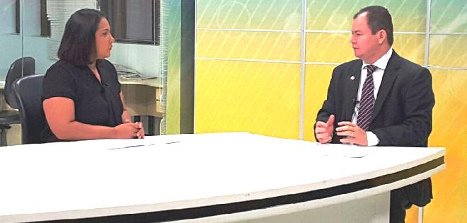Jornalista Carla Lima conversa com Rafael Leitoa sobre os projetos de autoria do deputado