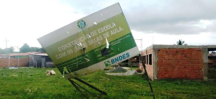 Até a placa do BNDES já caiu e o governo não conclui escola em Matões