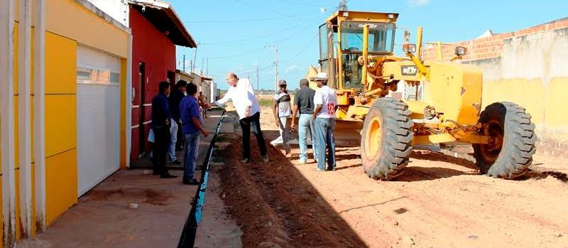 Ribamar Alves cumprimenta moradores das ruas beneficiadas