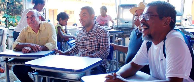 ...acompanha uma aula com professores..