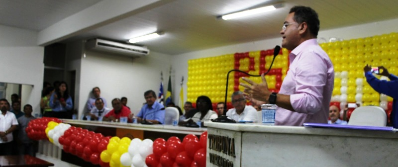 Observado por Ildon Marques (ao fundo), Roberto discursa na Câmara de Imperatriz