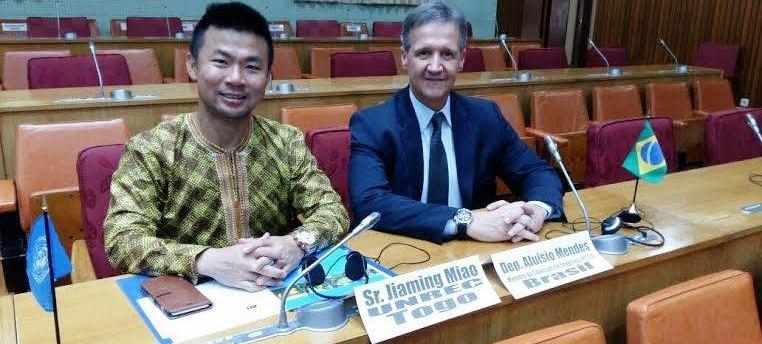 Aluísio com o embaixador de Togo, Jiaming Miao, durante o seminário