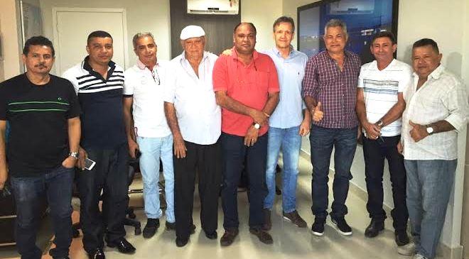 Aluisio Mendes entre o prefeito do PCdoB e seu vice, indicado pelo PTdoB