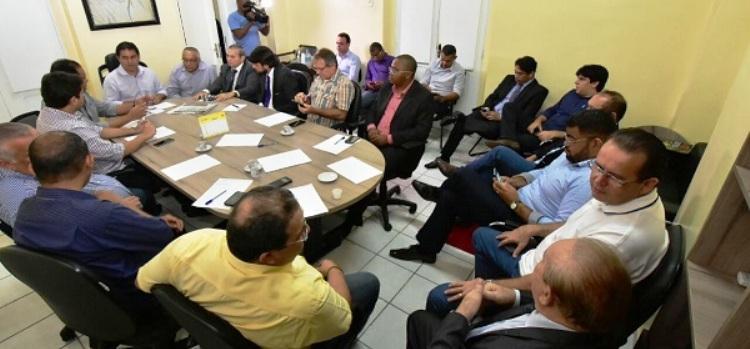 Edivaldo Júnior com os dirigentes partidários; mas nem todos estão aí de bom grado