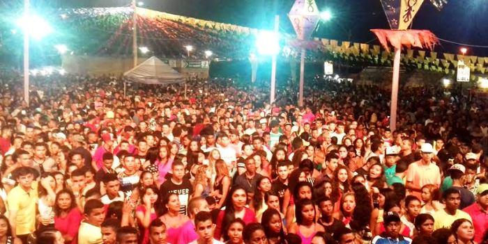 A população participou atiaemtne dos eventos realizados no largo da cidade