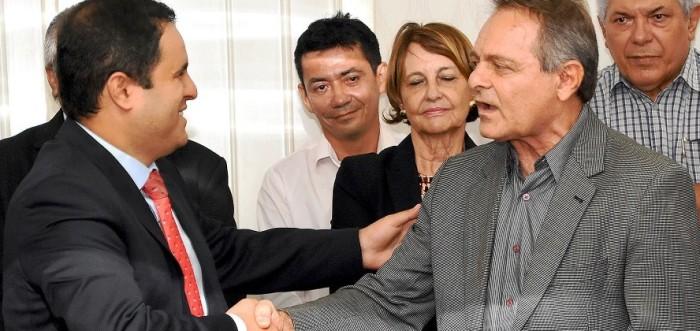"""Edivaldo deu a Hélio Soiares """"carta branca""""; e ele agora é visto como o """"homem da mala preta"""""""