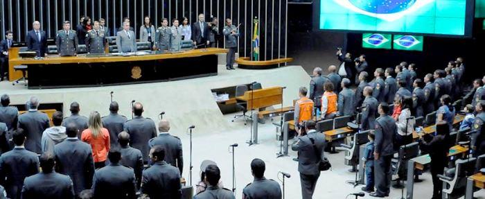 Representantes dos Bombeiros perfilados no plenário da Câmara