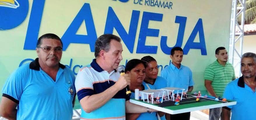 O candidato a prefeito discursa explicando as questões do Planeja