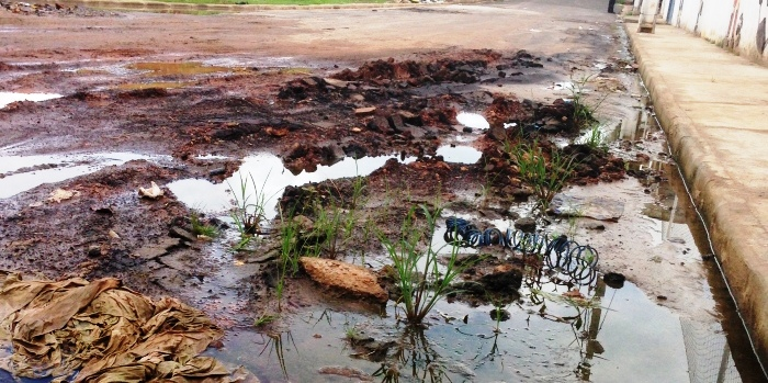 De péssima qualidade, asfalto jogado por Dino no Barramar, virou lama com as infiltrações