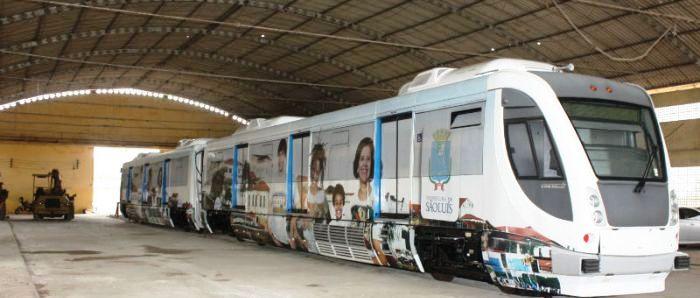 Os dois trens estão jogados em um depósito no São Cristovão