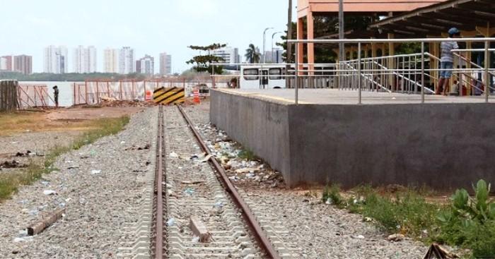 Trecho inicial do trilho do VLT, por trás do Terminal da Integração, na Praia Grande: material desapareceu...