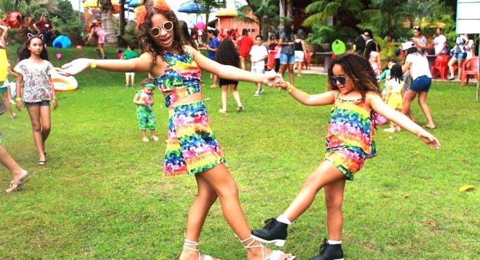 Clarinha com Elizabeth Marques, em recente encontro de mini fashionista do Brasil