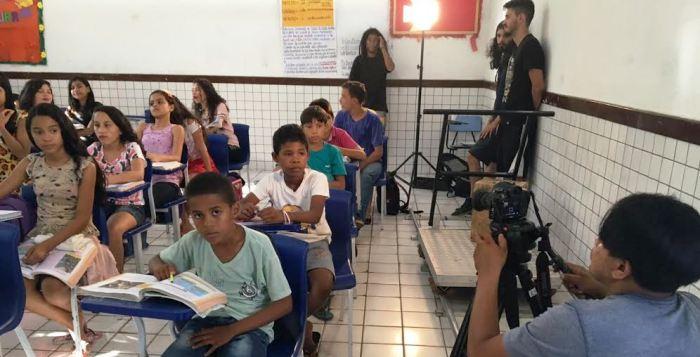Em cajari, o menino de camisa branca interpreta o vereador quando criança