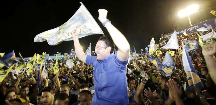 Alexndre é carregado pelos eleitores, em demonstração de força eleitoral