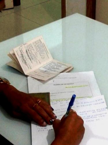 Imagem mostra contratado assinando pedido de demissão exigido pelo ISEC