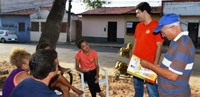 Braide conversa com moradores em uma das praças abandonadas do Vinhais